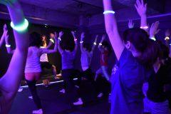 【潜入レポ】早朝、暗闇、DJ……。新感覚エクササイズ「クラブヨガ」とは?