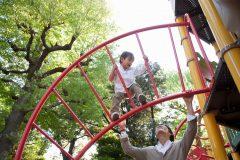 公園で安全に遊ぶための必須知識!遊具の年齢制限や検査マークをチェックしよう