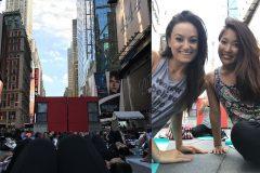 ニューヨーク・タイムズスクエアが巨大なヨガ教室に大変身!【NFLチアリーダー伊藤奈美のNYライフ #3】