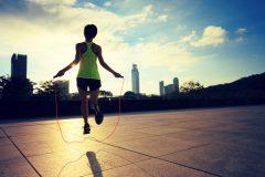 カロリー消費はランニング以上。なわとびの効果と10分間エクササイズ
