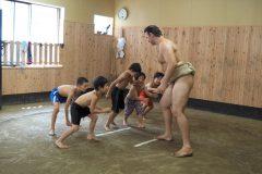 四股、股割り、ちゃんこ……。鳴戸部屋で小学生たちが相撲体験!