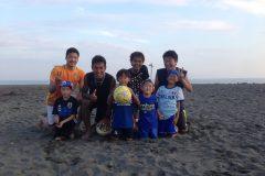 砂浜でアクロバティックプレー!「ビーチサッカー」を親子で楽しもう