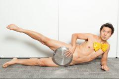 """「裸は僕のコスチューム!体作りもネタ作りも面倒を避けるのはダメ」。アキラ100%の""""美""""中年体型の秘訣(前編)"""