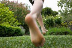"""ドラマ「陸王」で話題に。""""裸足""""の健康効果&足袋ランニングシューズ開発秘話まとめ"""