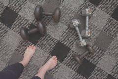 ダンベル、ケトルベル、バランスボール。家トレにおすすめの道具6選。自宅で筋トレや有酸素運動しよう