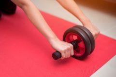 お腹を引き締める「腹筋ローラー」の正しいやり方。器具の効果・トレーニング・回数・頻度とは
