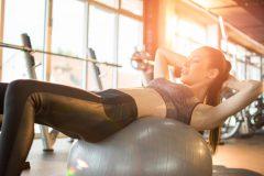 自宅で手軽に筋トレ&ダイエット。バランスボールの効果と体幹エクササイズ3選