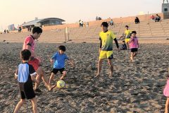 砂の上で素足サッカー!子ども向け「ビーチサッカークリニック」開催