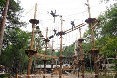 軽井沢に地上8mを綱渡りする「OWL ADVENTURE」がオープン。夏休みは家族や友人とドキドキ体験へ