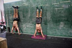 腹筋や体幹の強化に効果的な筋トレ。オススメの逆立ちトレーニング3選