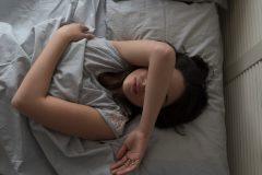 ストレスが多い女性と少ない女性の「睡眠」を比較。ストレスと眠りの関係性