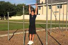 懸垂(チンニング)ができない人のトレーニング方法。まずは「ぶら下がり」から挑戦