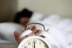 「仕事中も眠い」。睡眠に不満を持つビジネスパーソン、7割超えという結果に