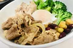 【実食レポ】吉野家×RIZAP初コラボはなぜ誕生?高たんぱく低糖質「ライザップ牛サラダ」の筋肉メシ具合がすばらしい
