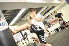 自宅でできるカンタン筋トレ。キックボクシング選手が教える下半身エクササイズ