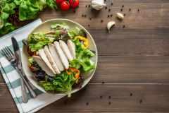 なぜ「サラダチキン」は筋トレやダイエットにおすすめなのか。栄養面、効果的な食べ方、アレンジレシピを解説