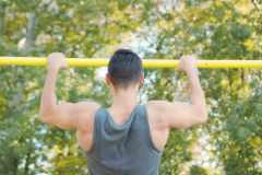上半身を鍛える筋トレ「懸垂(チンニング)」の効果と正しいやり方。懸垂ができない人のための練習方法も解説