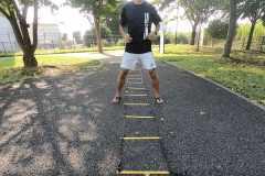 【動画解説】すばやさを鍛える。ハードルやラダーを使った「SAQトレーニング」実践方法