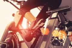 エアロバイクで体脂肪を落としたい。ペダルの重さや速度、漕ぎ方のコツは?メガロストレーナーが解答