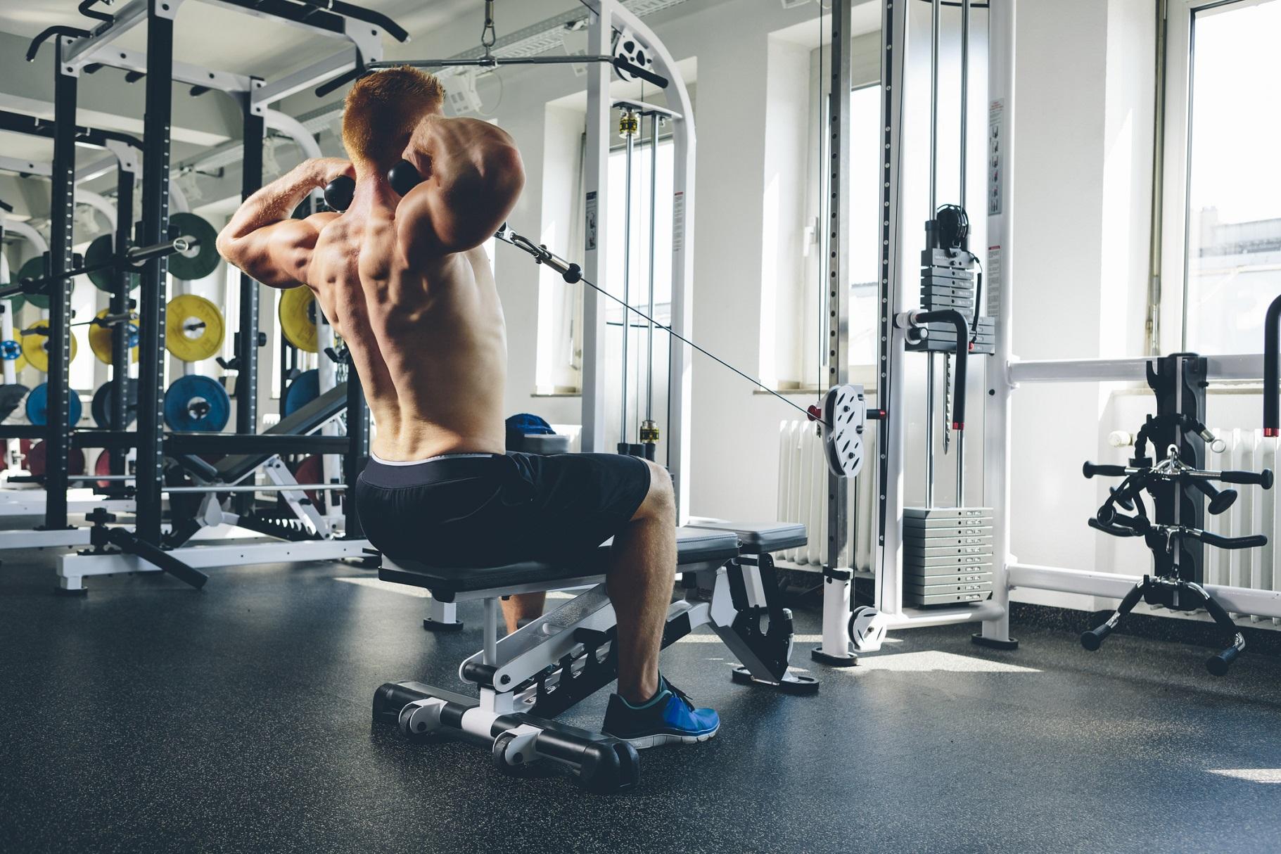 筋トレ初心者こそ「ケーブルマシン」がおすすめ。その理由と効果的な使い方、トレーニングメニューを解説 | トレーニング×スポーツ『MELOS』