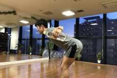 背中の筋肉を鍛える筋トレ「ペットボトル・ローイング」のやり方や効果を解説
