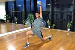太ももやお尻の筋肉を鍛える筋トレ「ペットボトル・ランジ」のやり方や効果を解説
