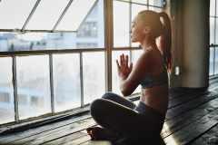 ヨガにおける「瞑想」の効果と、家でできるやり方を専門家が解説