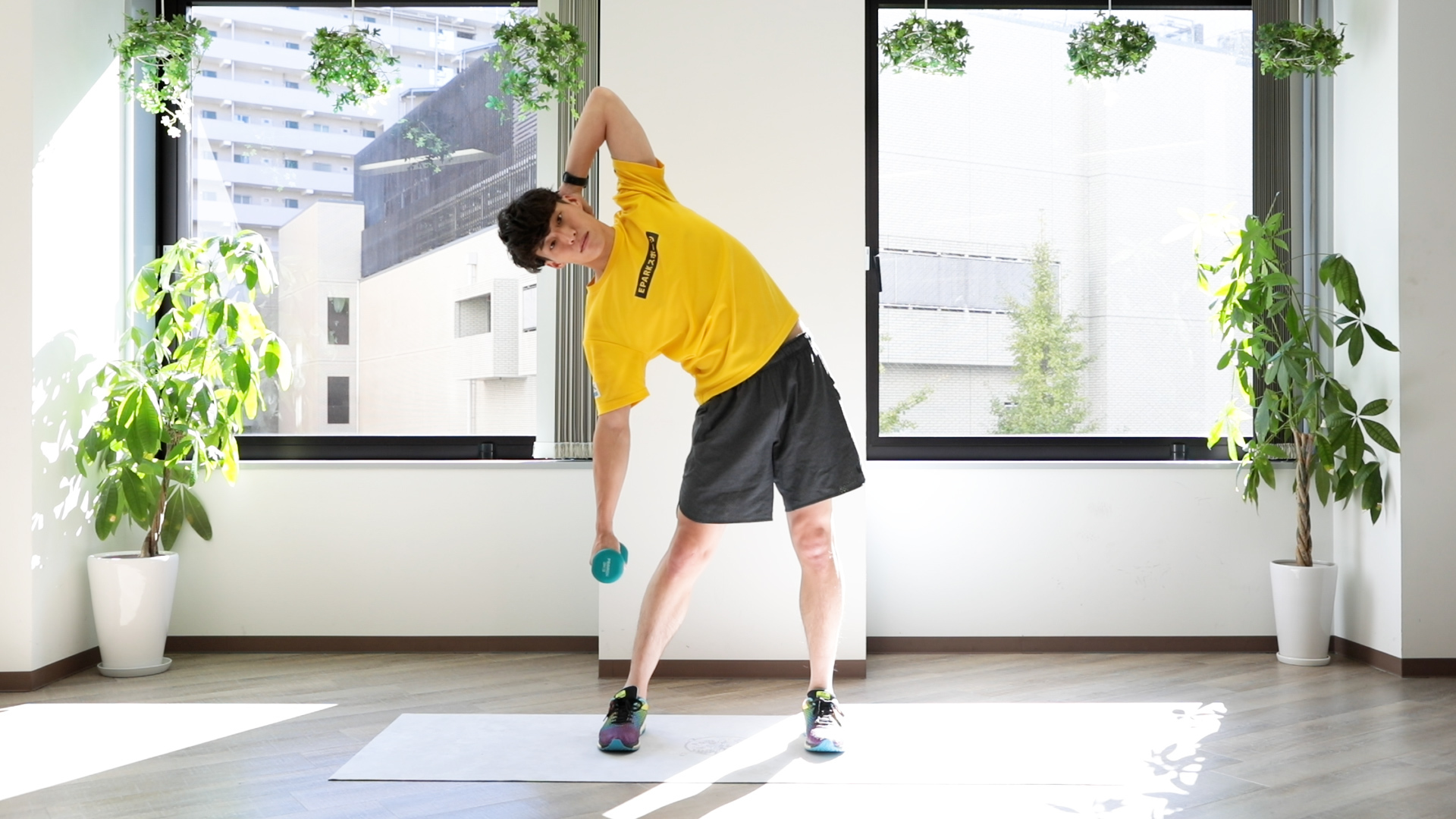 """腹斜筋""""を鍛える腹筋トレーニング。わき腹を引き締めるダンベル筋トレ「サイドベント」"""
