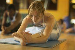 「年をとると体が硬くなる」はホント?体が硬い原因と、柔軟性を高める方法